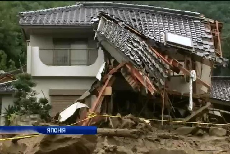 Більше 50 людей залишаються під завалами після зсуву ґрунту у Японії