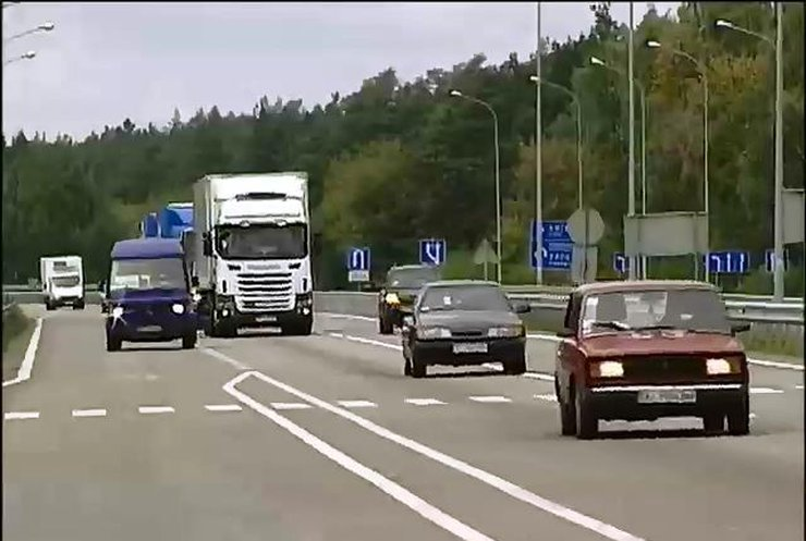 В Україні водії їздитимуть за містом з увімкненими фарами