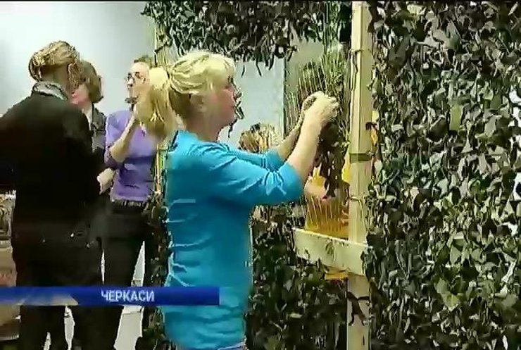 У Черкасах волонтери плетуть для військових маскувальні сітки