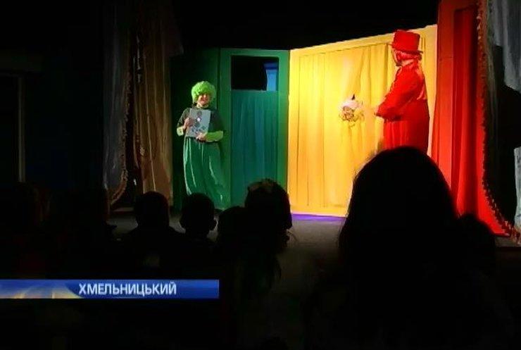 Веселі гноми вчать школярів Хмельницького переходити дорогу (відео)