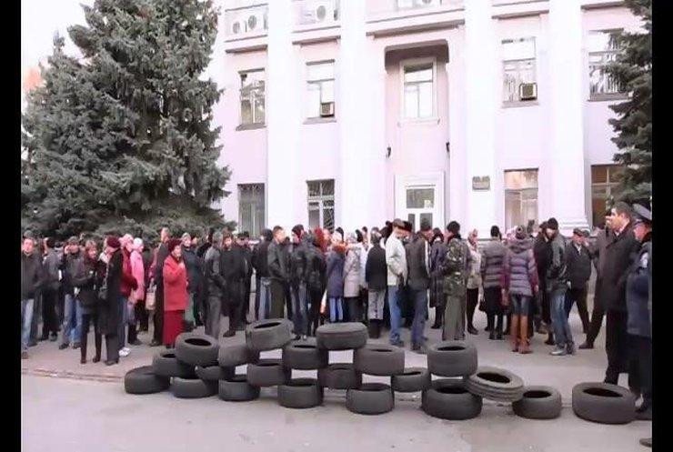 До окружкому в Новомосковську підвезли шини (відео)