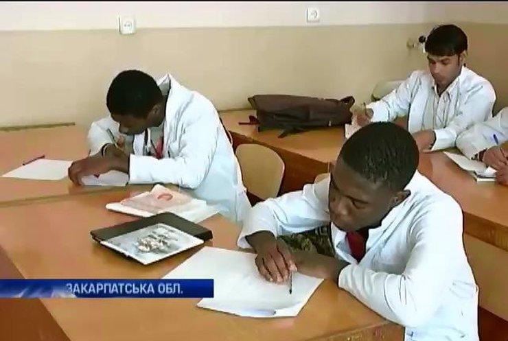 300 студентів-іноземців евакуювали з Луганська в Ужгород через загрозу життю