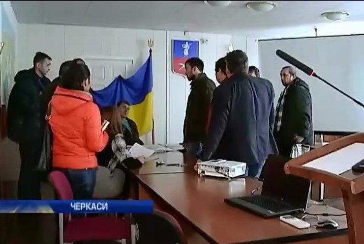 У Черкасах чиновники обіцяють відзвітувати волонтерам за кошти для армії (відео)