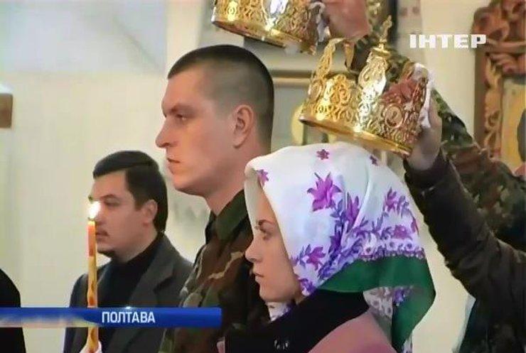 У храмі Полтави безкоштовно обвінчали солдата (відео)