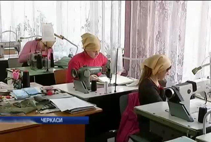 В училищі Черкас військовим шиють одяг та рукавиці