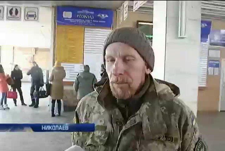 В Николаеве проводник выбросила вещи военных из поезда