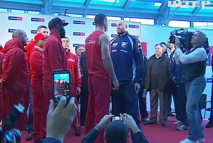 Кличко и Фьюри разнимали при взвешивании (видео)