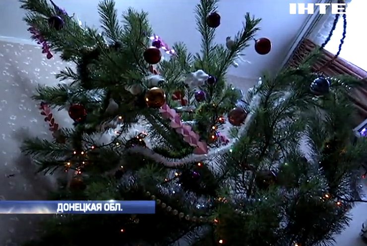 Праздник на Донбассе: переселенцы покупают елки на последние деньги (видео)
