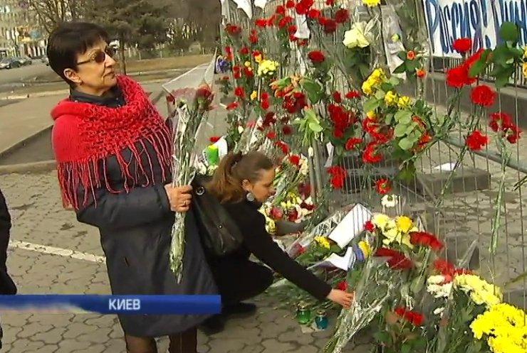 Сотни людей на Майдане почтили память Бориса Немцова (фото, видео)