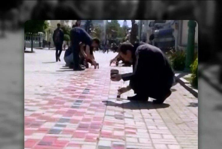 У Сумах тротуари розфарбували візерунками вишиванок