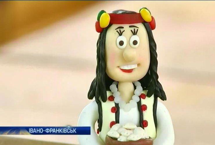 В Івано-Франківську майстер виробляє з глини гуцулів