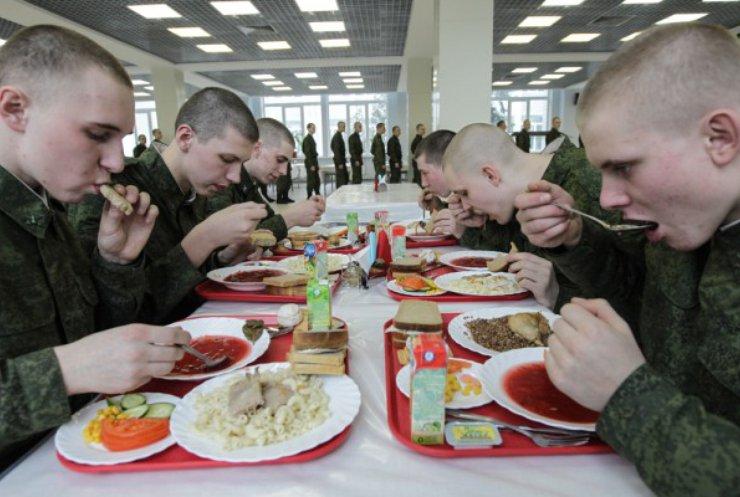 Солдат на фронте кормят паштетами с плесенью и кашей без мяса