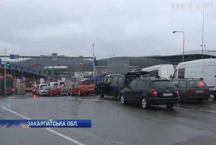 На кордоні із Словаччиною люди обурені довжелезними чергами