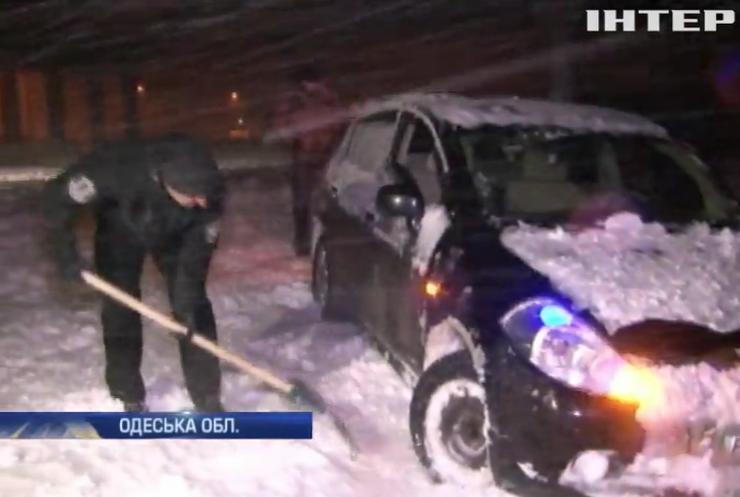 Снегопады в Украине: метровые сугробы парализовали дороги