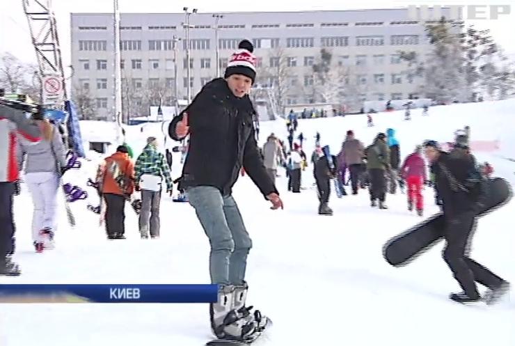 Украинцы в лютые морозы активно отдыхают на воздухе (видео)