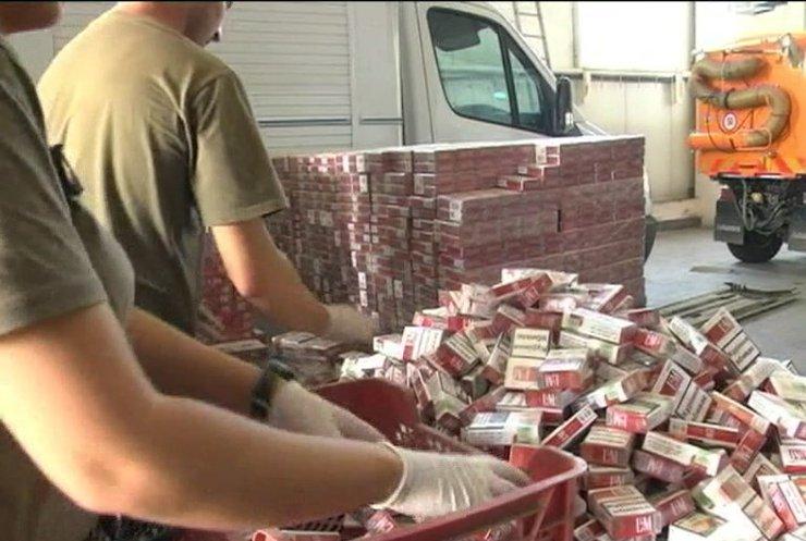 Митники відпустили до Словаччини вантажівку із контрабандою цигарок