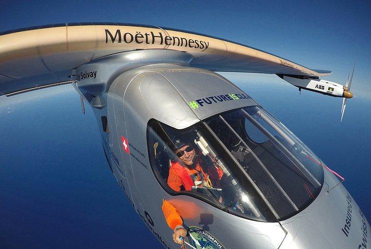 Літак на сонячний батареях вирушив із Севільї до Каїру