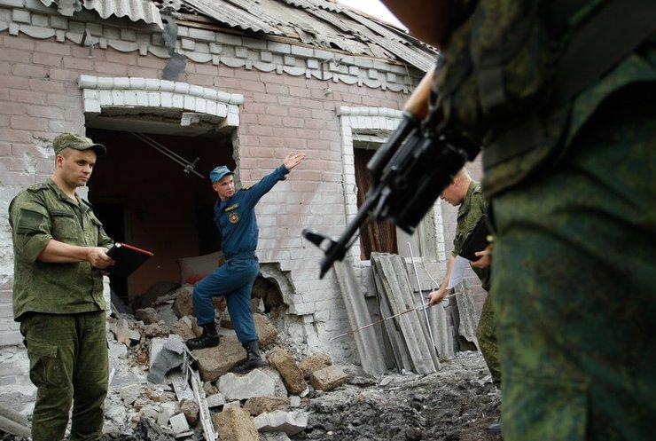 В Марьинке враг ударил по жилым домам и госпиталю (видео)