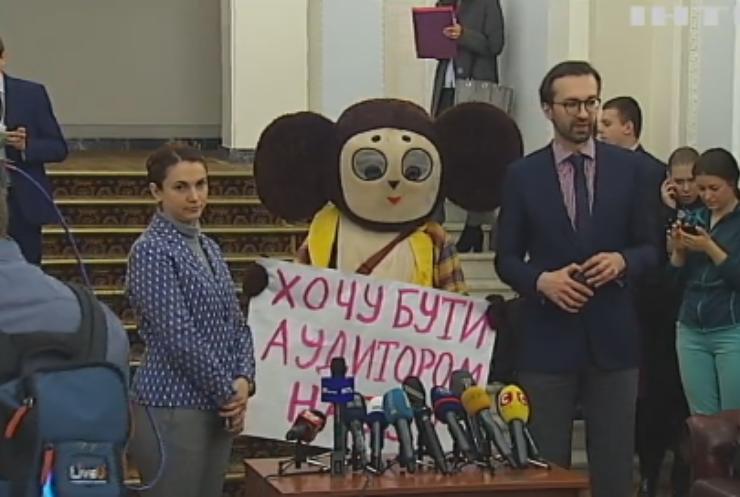 Депутаты привели в Верховную Раду Чебурашку