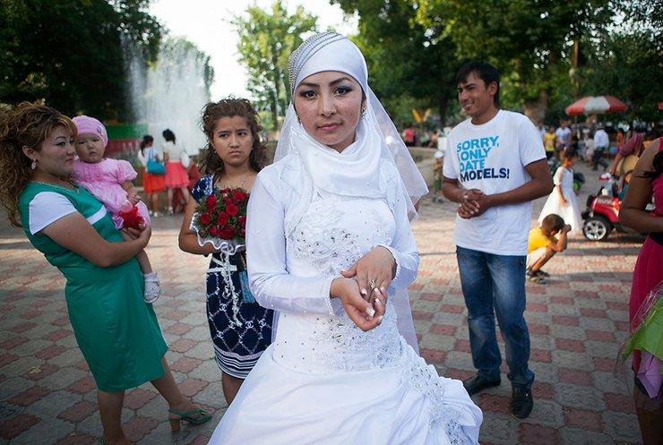 """У Киргизстані оголосили """"війну"""" примусовим шлюбам (відео)"""