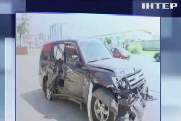 Под Киевом грузовик чудом не сбил женщину с ребенком