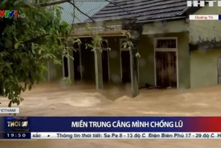 У В'єтнамі повені змушують людей покидати домівки