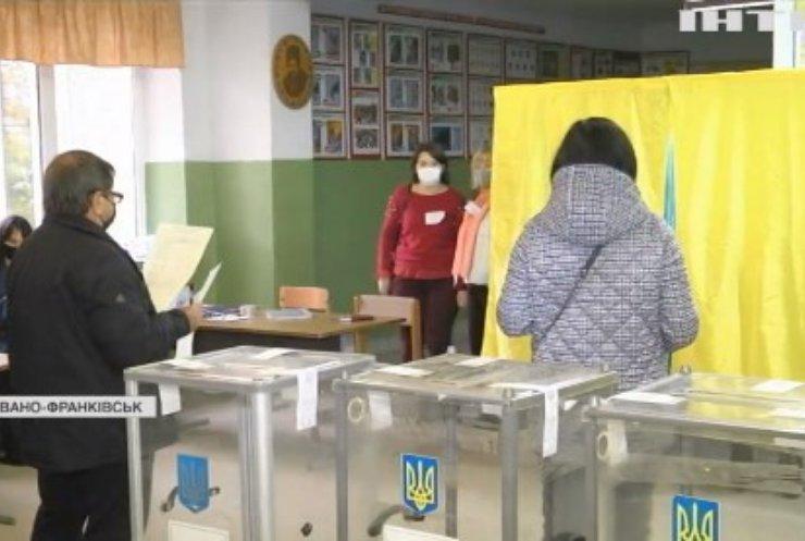Черги на дільницях, підкуп виборців, розірвані бюлетені: чим відзначився день виборів