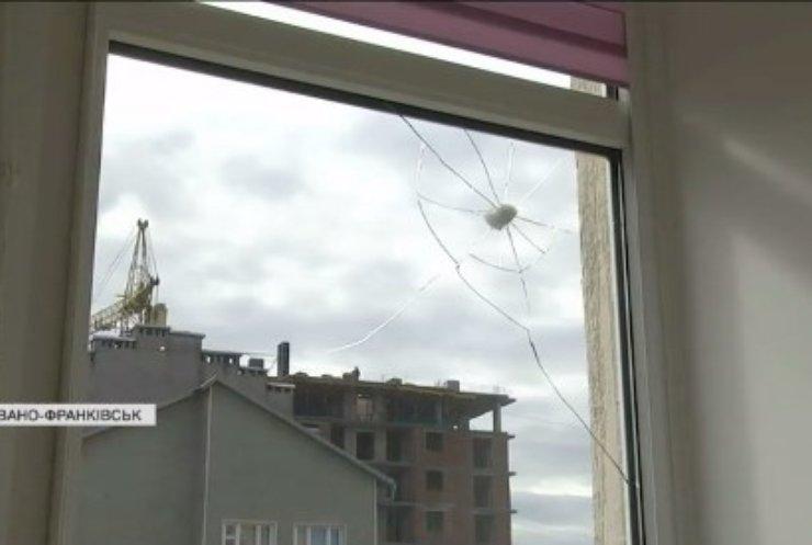 У Івано-Франківську стрілок тероризує жителів багатоповерхівки
