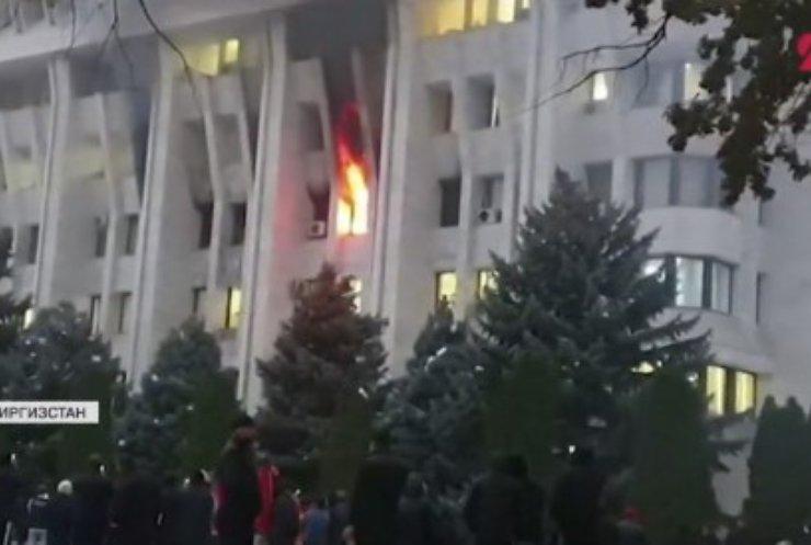 У Бішкеку протестувальники розгромили Будинок уряду
