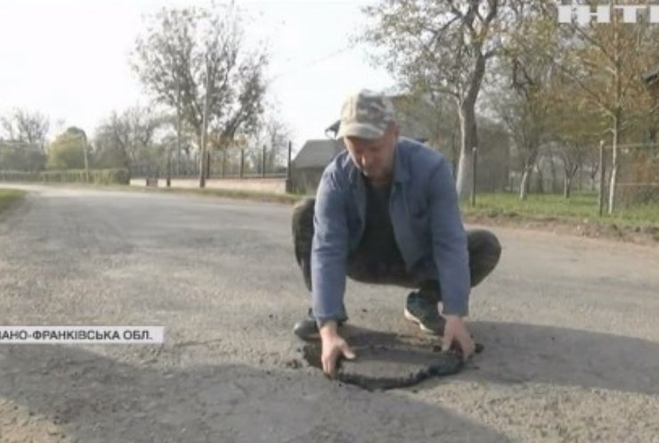 Закінчились вибори - закінчився й асфальт: куди зникли ремонтники на Прикарпатті