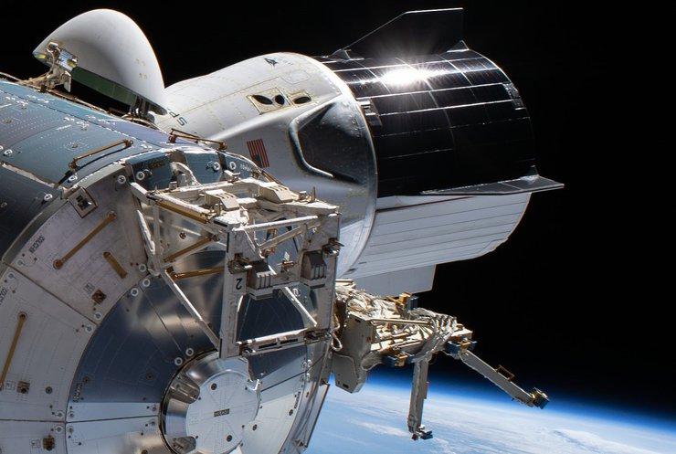 Crew Dragon успішно пристикувався до МКС