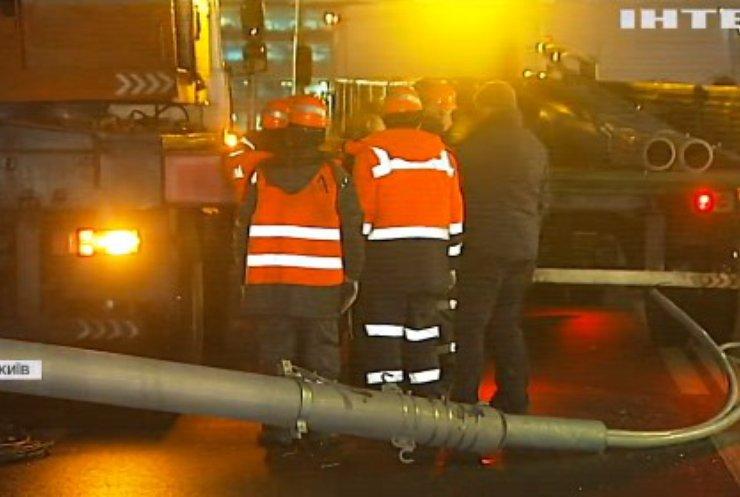 На Шулявському мосту впали стовпи: чи відшкодують збитки потерпілим?