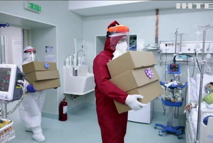 Свято для всіх: у Румунії Санта-Клаус привітав з Різдвом пацієнтів ковідних лікарень