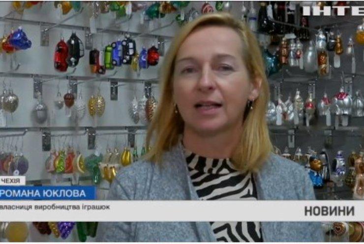 У Чехії новорічним іграшкам приміряли медичні маски