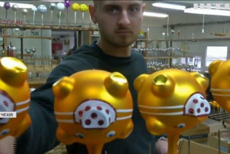 """Ялинкові COVID-прикраси: у Чехії іграшки """"приміряли"""" маски"""