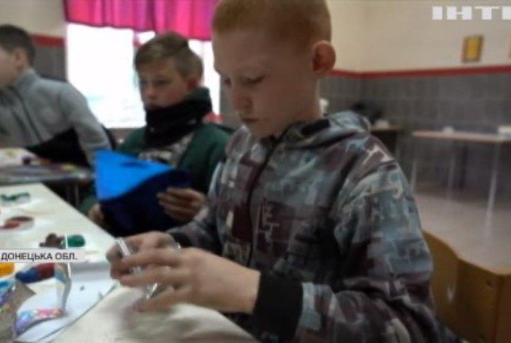 У прифронтовому Торецьку діти майструють ялинкові прикраси на продаж