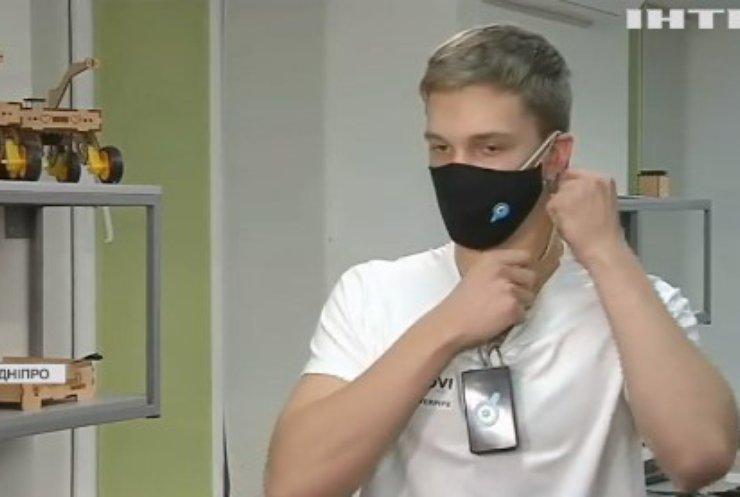 """У Дніпрі школяр-винахідник створив """"розумну"""" медичну маску"""