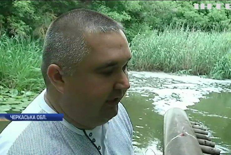 Екологічне лихо: у річці на Черкащині масово гине риба