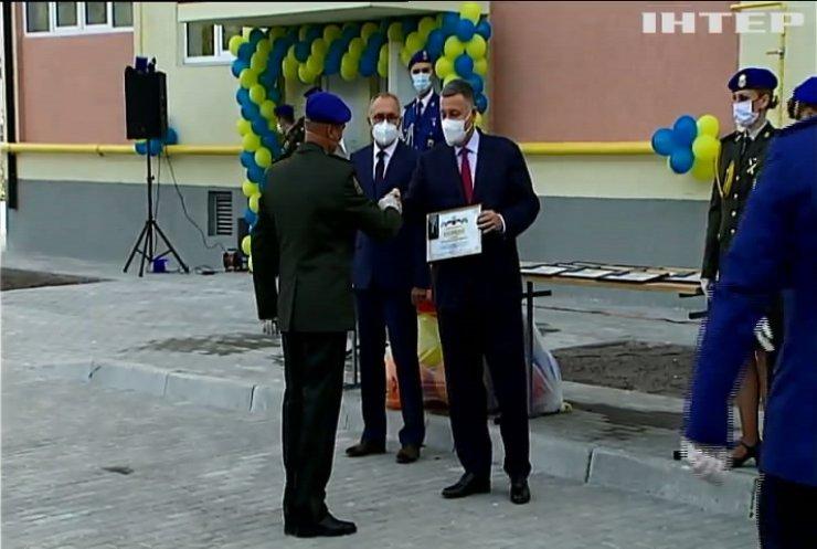Арсен Аваков вручив ключі від новеньких квартир родинам нацгвардійців