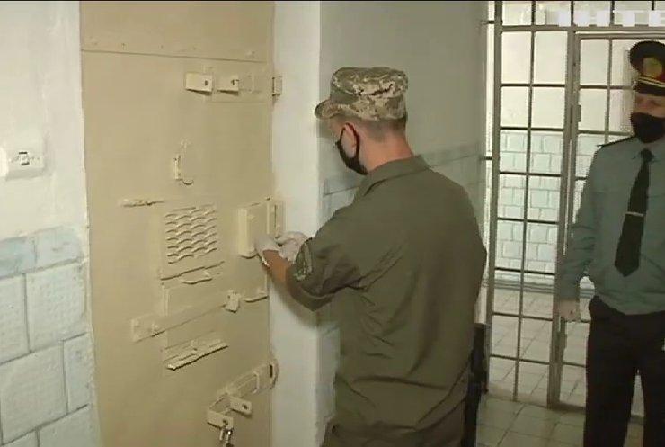 """Комфорт за гроші: у Рівненському СІЗО показали VIP-камери для """"заможних"""" ув'язнених"""