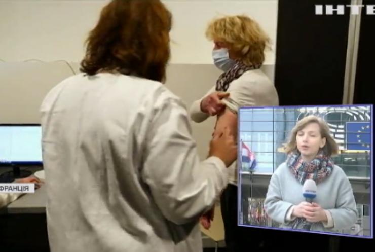 Вакцинація від COVID-19: у Франції померли п'ятеро стареньких