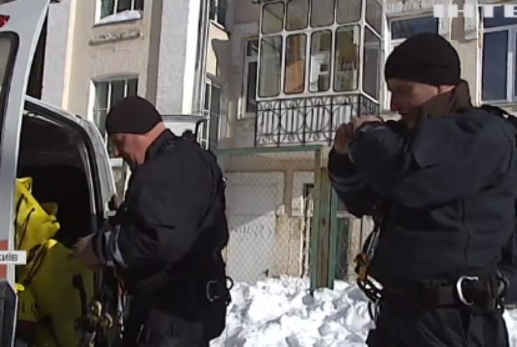 У Києві рятувальники взялися активно розчищати дахи