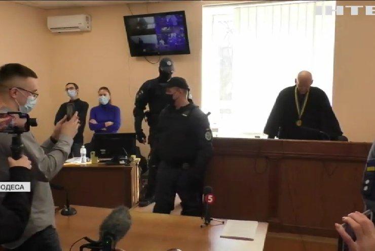 Одразу після судового засідання на Сергія Стерненка наділи кайданки