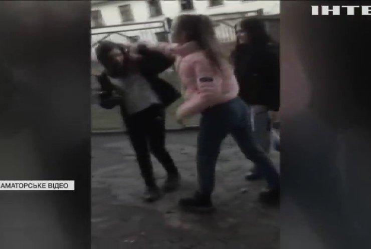 Епідемія дитячого насильства: у Кривому Розі школярки знімали на відео катування однокласниці