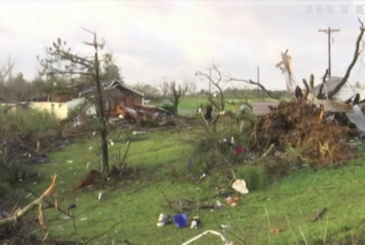 Торнадо в Алабамі: сильний вітер перевертав автомобілі
