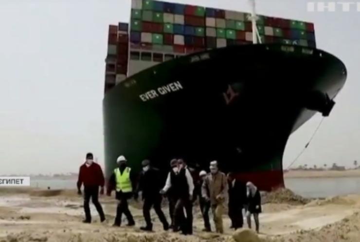 Заблокований Суецький канал не можуть звільнити від контейнеровоза