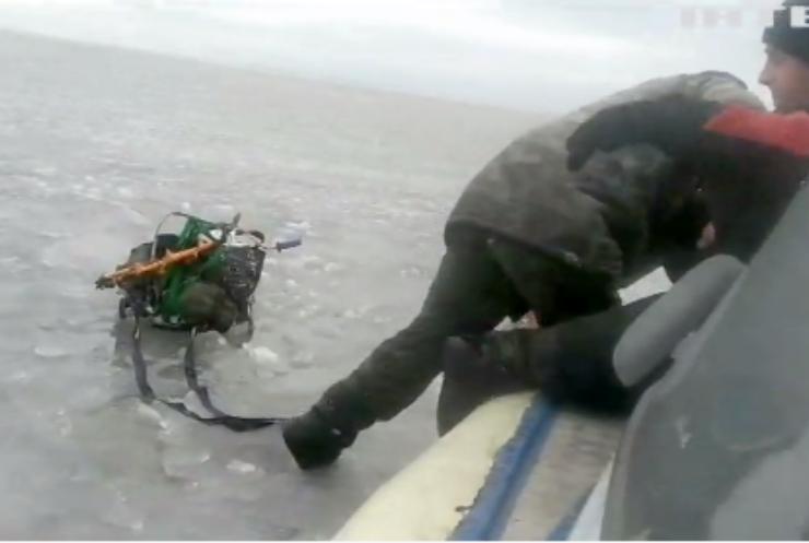 На Каховському водосховищі врятували трьох рибалок