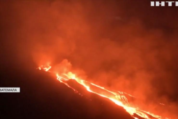 У Гватемалі розпечені потоки лави поглинули будинок