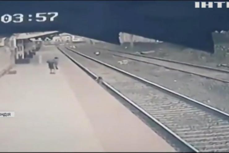 В Індії чоловік врятував дитину із залізничних колій