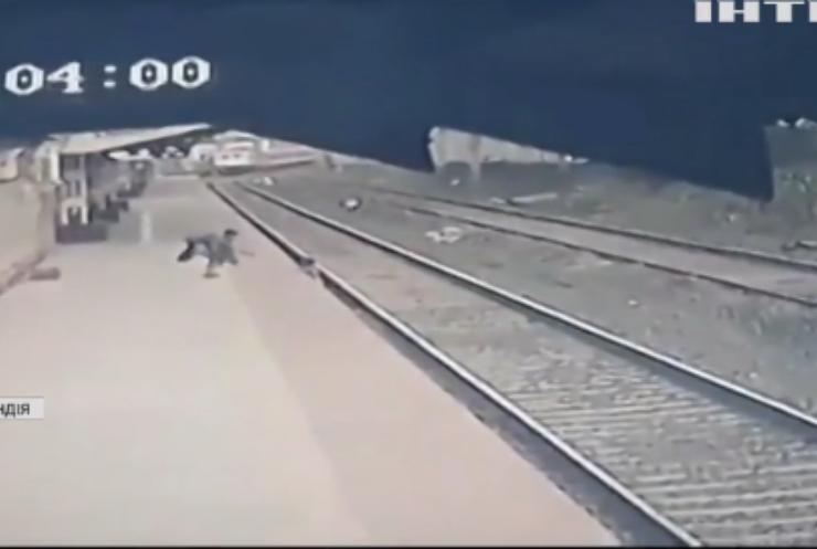 В Індії чоловік врятував хлопчика від потягу